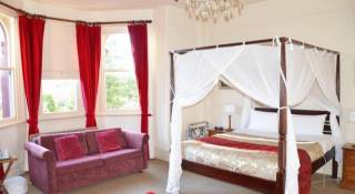 Leura House - Red Velvet Suite