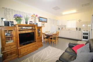 Riverview Cottage: Relocation / holiday rental in seaside suburb.