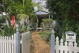 Harkaway - quaint cottage in town