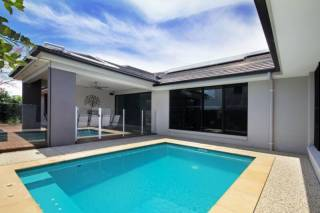 Grand Parade Holiday House - Modern Relaxed Lifestyle - Sleeps 10