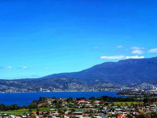 Charbella's on Norma :- Stylish Apartment with Million Dollar Views of Hobart